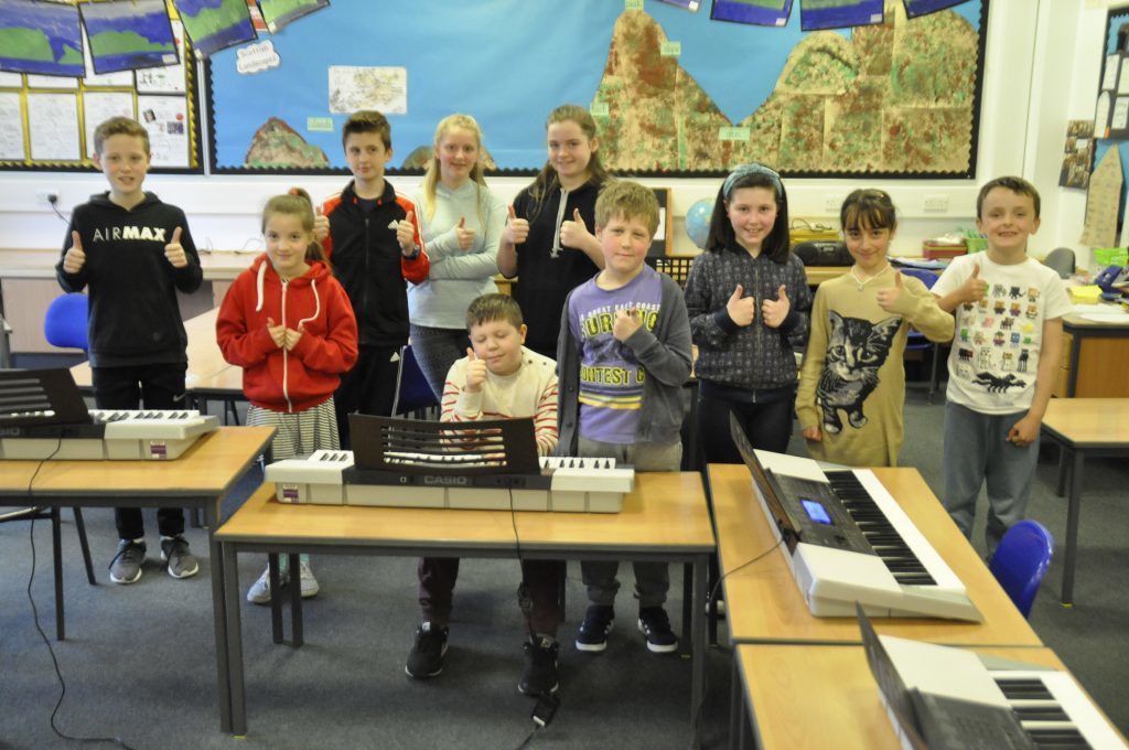Children give Clare Jordan's piano class the thumbs up. 17_t15Feis06.