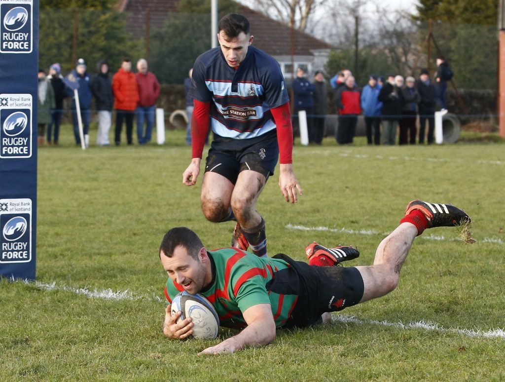 Cameron Smith dives over for Oban's second try. Photos: Stephen Lawson