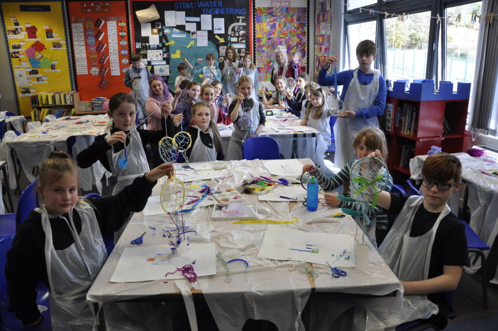 Pupils had the chance to make a dream catcher, thanks to Nikki and Laura Currie. 16_t15_Fèis08