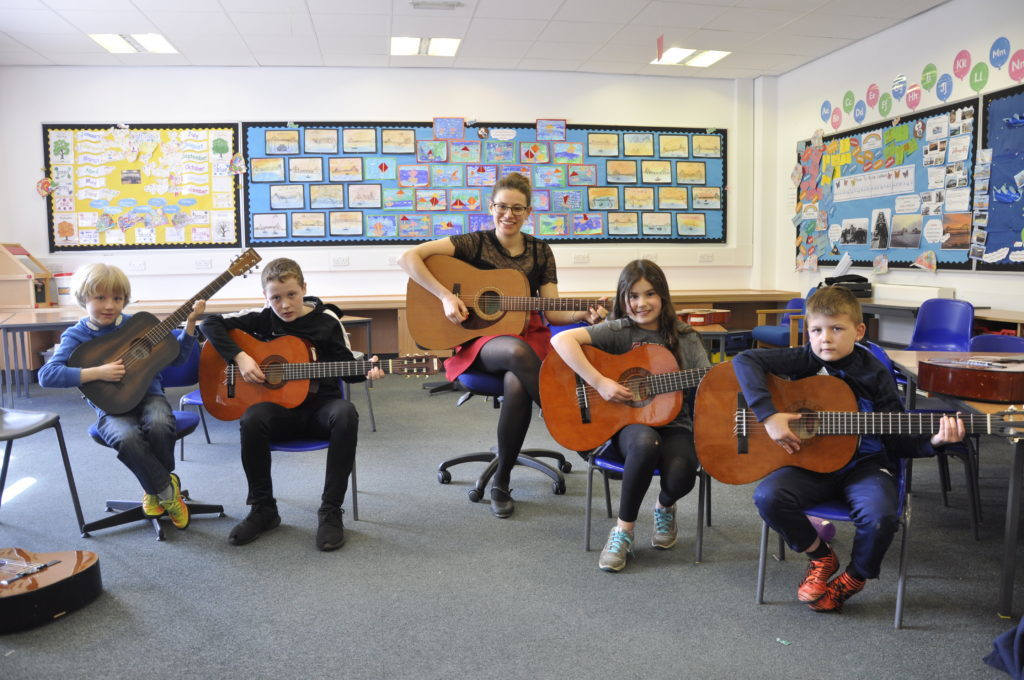 Sophie Stephenson returned this year to teach guitar. 16_t15_Fèis09