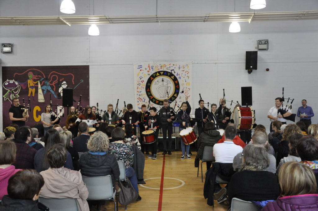 The end of week concert commenced with songs from the Fèis pipe band. 16_t15_Fèis12