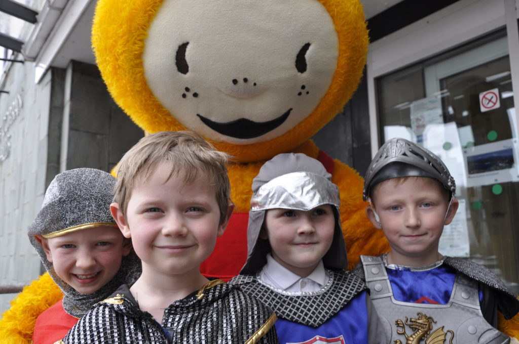 Bookbug with young knights from Taynuilt Primary School after the action song event at Corran Halls 16_T19_fest02_appin
