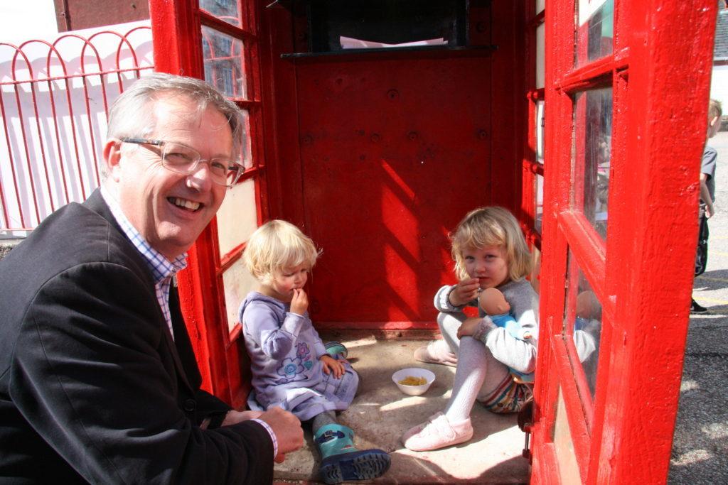 NO_T25_Brendan O'Hara at the community share hotline box
