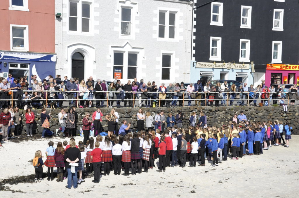 To celebrate the event's 80 year anniversary, hundreds of pupils gathered on the beach to sing in harmony. 17_T37_MullMod05