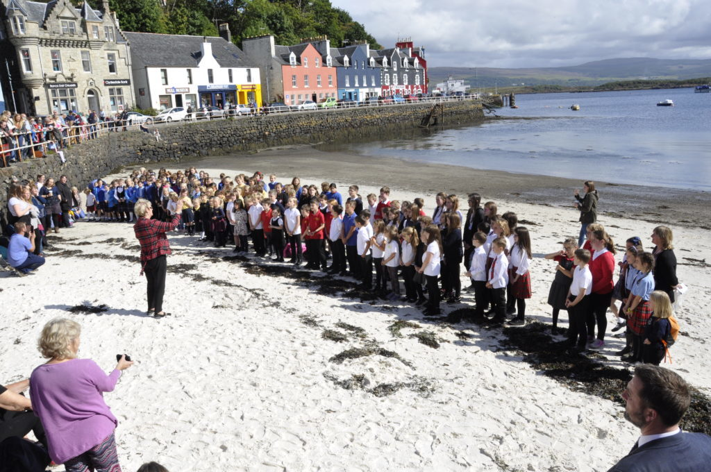 To celebrate the event's 80 year anniversary, hundreds of pupils gathered on the beach to sing in harmony. 17_T37_MullMod06