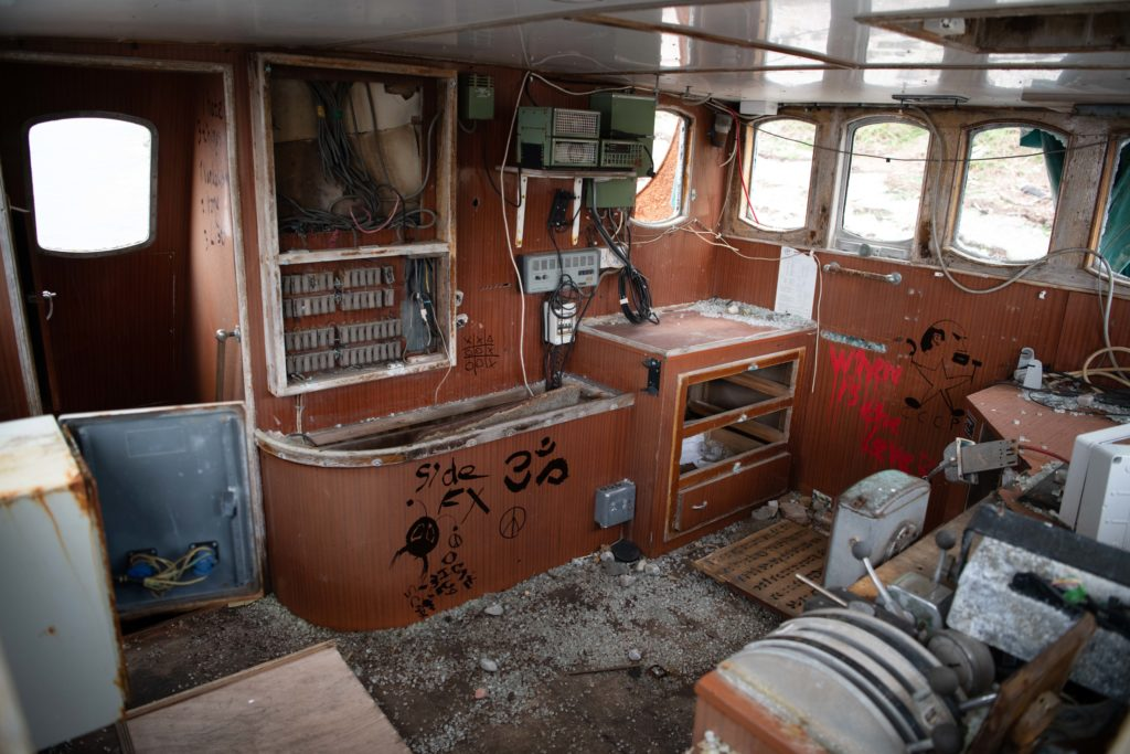 The current state of the wheelhouse, with all windows smashed, walls spray-painted and almost all equipment missing. Photo: Abrightside Photography. NO F23 MV Dayspring Lukas 07