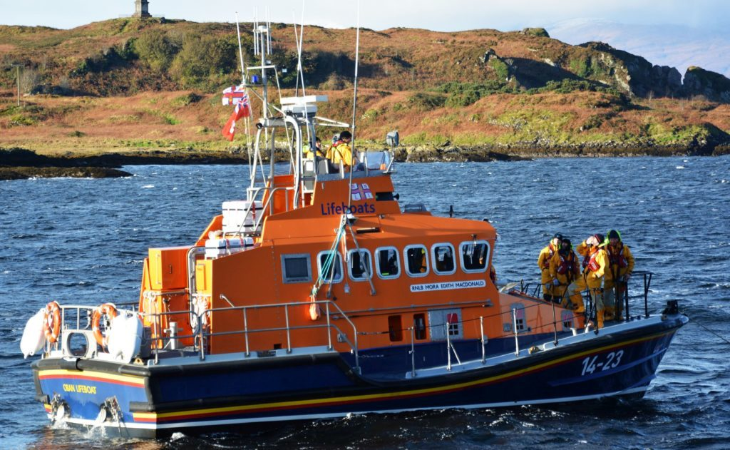 Lifeboat rescues fishing boat in Oban Bay