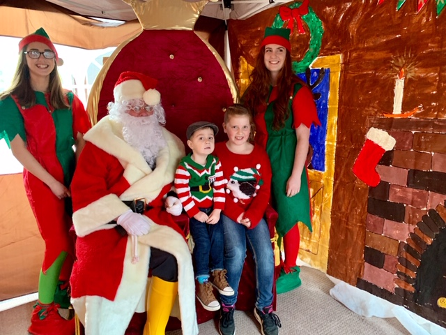 Louise O'Neil (elf) Charlie , Lexi and Hannah MacDermid (elf) with Santa at last year's event. NO F49 Kyle RNLI santa event